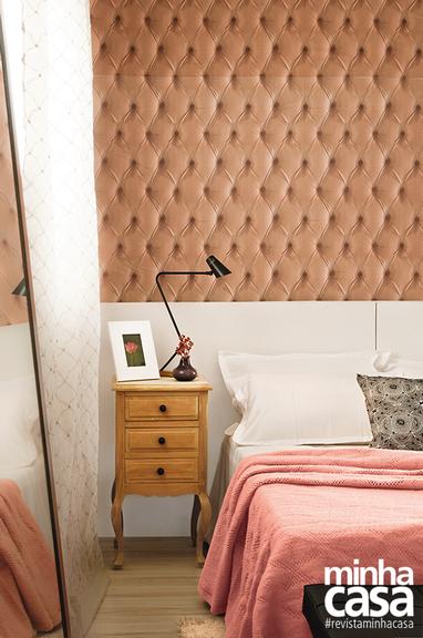 O entorno branco e cru – em armário, cortina, tapete e piso – realça o tecido bege-rosado aplicado na parede. Projeto da<span>arquiteta paulista</span><span>Regina Adorno.</span>