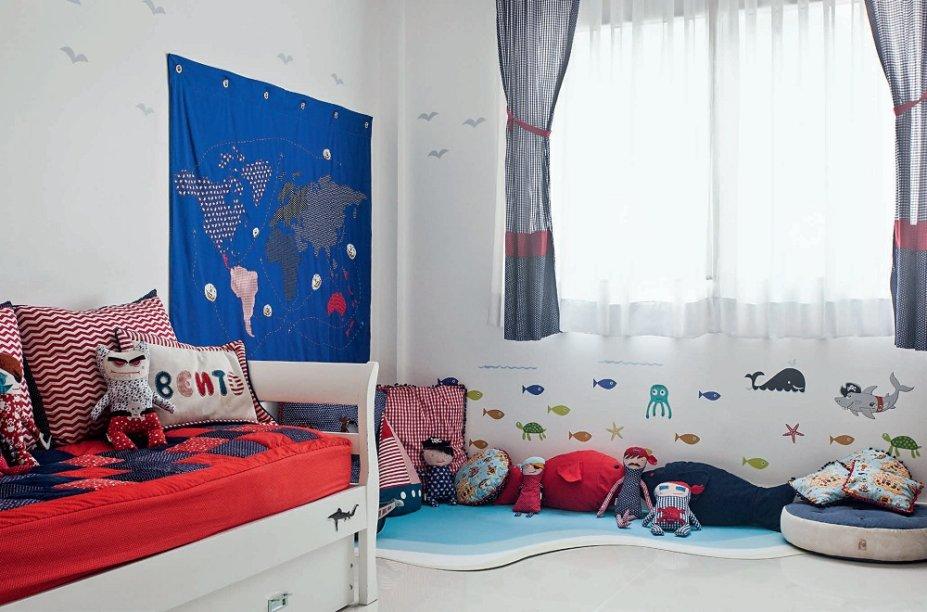 Para deixar o canto mais confortável e divertido, <span>as designers Mariana Moraes e Mariana Marx, do ateliê de design infantil Nina Moraes,</span> costuraram almofadas de diferentes tamanhos e formatos. Na parede, o xodó do pequeno é um mapa (90 x 60 cm), feito de tecido, no qual ele cola seus barcos sinalizando por onde já passou. E, reforçando o tema, as paredes ainda são repletas de adesivos de baleias, tubarões, peixes e gaivotas (Kit Fundo do Mar Menino. Stixx).