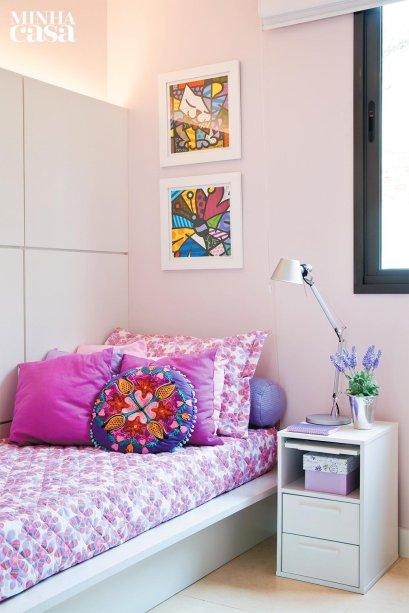 <span>A base do quarto – cama, escrivaninha e revestimentos – é totalmente neutra, de modo a perdurar por um bom tempo. O que personaliza o ambiente são os acessórios e os objetos decorativos, que podem ser trocados, acompanhando o crescimento da menina. Projeto do arquiteto Luiz Fernando Grabowsky.</span>