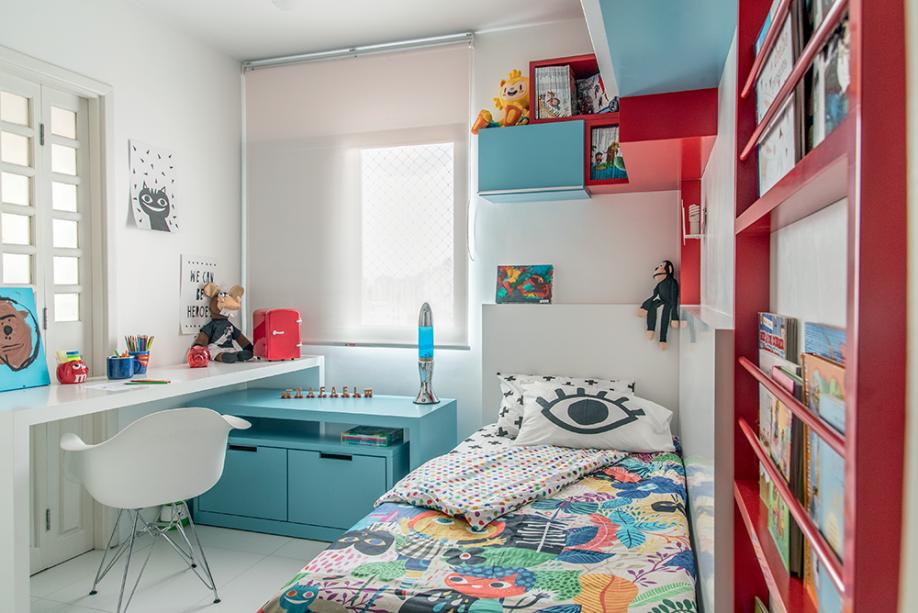 <span>Com paredes e piso brancos, o colorido ficou reservado à marcenaria laqueada de azul e vermelho, e aos objetos.Projetoda designer de interiores Lu Bosch.</span>