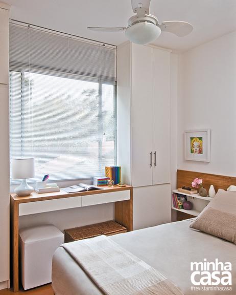 O cantinho próximo à janela foi aproveitado como escritório. Projeto doarquiteto Décio Navarro.