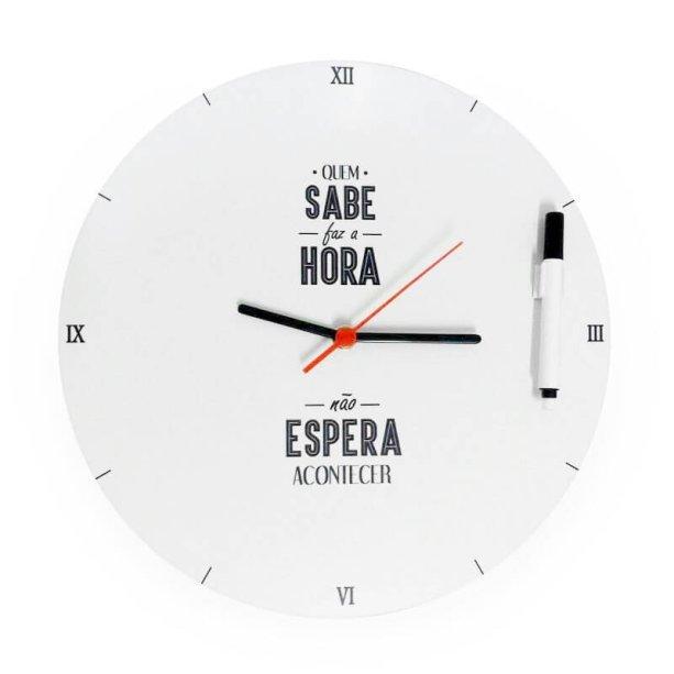 Relógio de parede, de plástico, com diâmetro de 30 cm e caneta para anotações. Funstock, R$ 64,90.