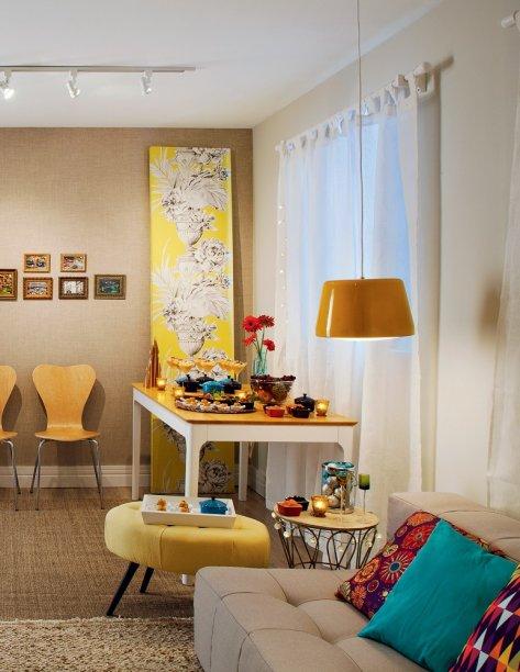 Fios de luzes sobre a cortina ou em volta de móveis reforçam o clima acolhedor. Projeto da arquiteta Rachel Nakata.