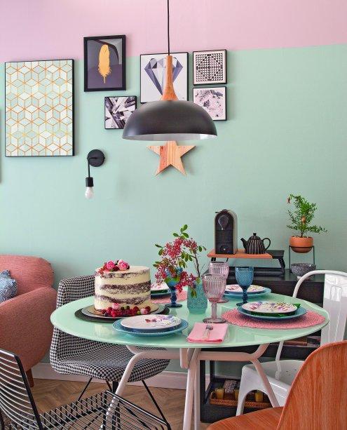 """<span>As cadeiras do jantar também fogem do padrão certinho – uma é diferente da outra. """"Fica mais descolado, quebra a monotonia. E é econômico, pois você não precisa comprar todas de uma vez"""", justifica. Mas a harmonia na composição é fundamental. """"Há elementos em comum: o design e o material. Colocamos só um modelo de madeira para contrastar e aquecer"""", cita.Projeto da arquiteta Elen Saravalli</span>"""
