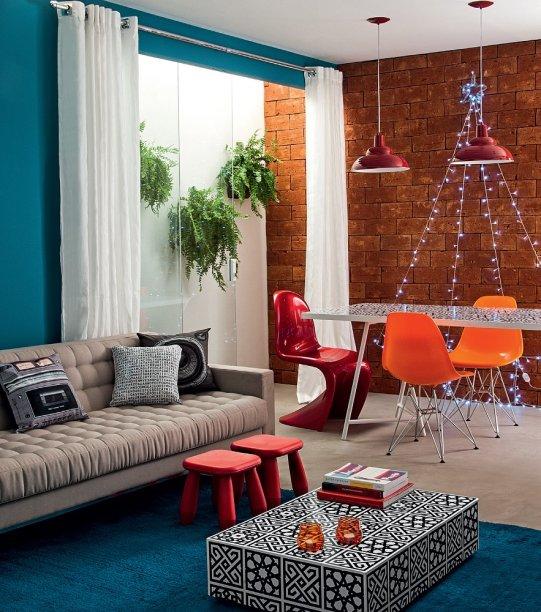 Presas na parede, as luzinhas desenham o contorno de uma árvore de Natal. Projeto do<span>Studio Guilherme Torres.</span>