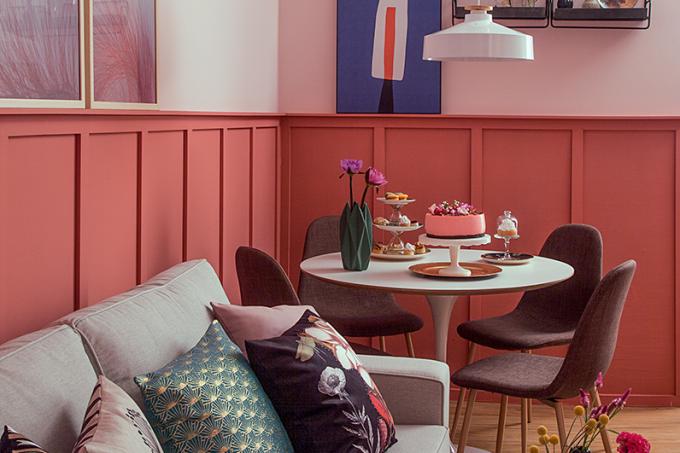 salas-de estar-e-jantar–decoradas-com-painel-de-boiserie-sofa1