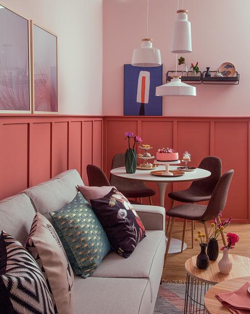 """<span>Os móveis foram eleitos em função da circulação. """"A mesa redonda vem atender essa questão. Preferimos uma compacta para ter um sofá generoso"""", diz Ana. Note que as cadeiras, afastadas 60 cm das paredes e do sofá, são posicionadas em diagonal em relação à quina do ambiente, otimizando o espaço. Projeto da arquiteta paulistana<a href=""""https://minhacasa.abril.com.br/decoracao/o-ombre-feito-com-quatro-nuances-de-azul-e-a-estrela-dessa-sala/"""" target=""""_blank"""" rel=""""noopener""""><strong>Ana Yoshida</strong></a>.</span>"""
