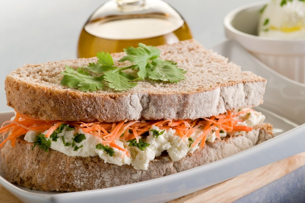 Sanduíche cremoso de cenoura
