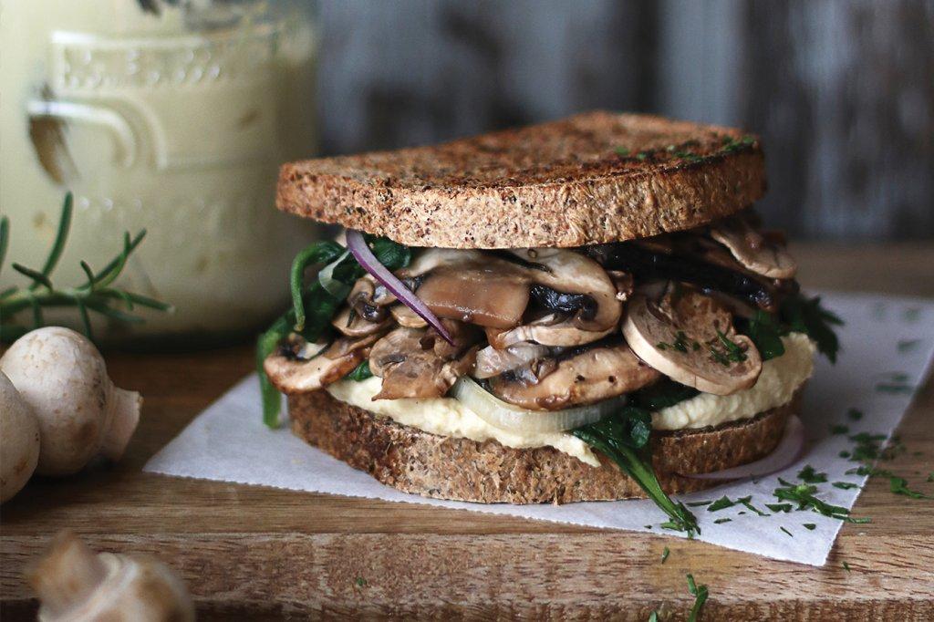 sanduíche proteico com cogumelos e grão-de-bico
