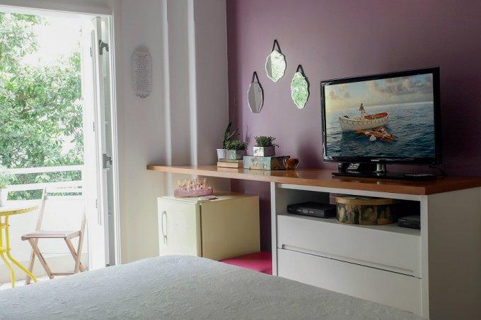 Tintas e acessórios joviais renovam quarto de casal tv