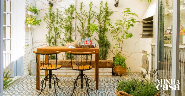 <span>Os pontos altos da decoração são as portas pintadas (cor Azul Finlandês, ref. 10BB 57/115, da Coral) e o piso de porcelanato que imita ladrilho (Tâmisa, da Ceusa, de 56 x 56 cm. Construdomus , R$ 73,55 o m²). As plantas emprestam o verde e enchem o lar de vida. Projeto da designer de interioresPatrícia Ribeiro.</span>