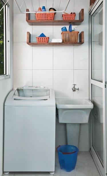Com o espaço reduzido, duas prateleiras (modelo Sintonia II (80 x 18 x 25 cm) - Meu Móvel de Madeira) mantêm os produtos de limpeza organizados e sempre à mão. Projeto do designer de interiores Fabio Galeazzo.