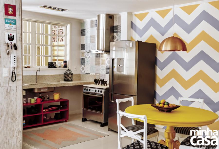 <span>Para usufruir de uma área social espaçosa e clara, o casal abriu a cozinha para as salas de estar e jantar. Em nome da unidade visual, um único piso foi usado em toda a área.</span>