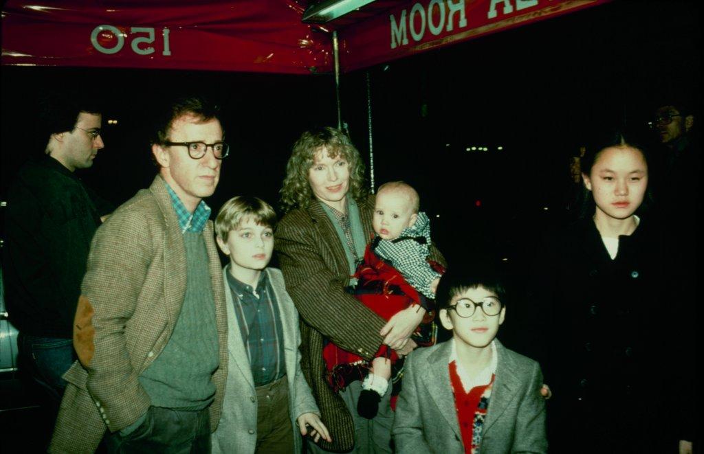 Woody Allen com Mia Farrow e os filhos, incluindo Soon-Yi Previn, à direita. Poucos anos antes de iniciar um romance com o namorado da mãe