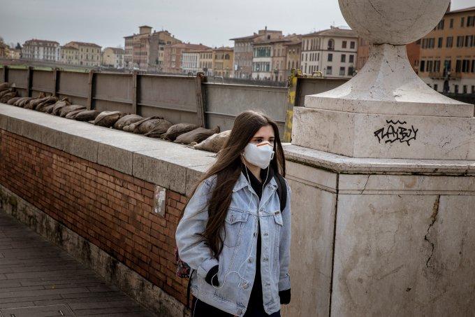 Mulher usando máscara no centro de Pisa, Itália