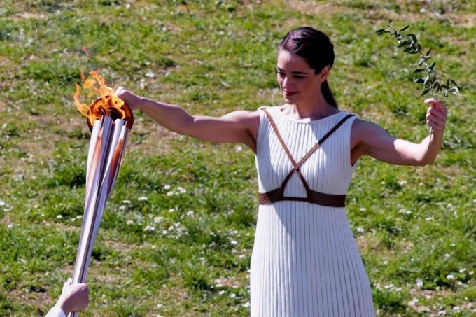 Chama olímpica sendo acesa na Grécia