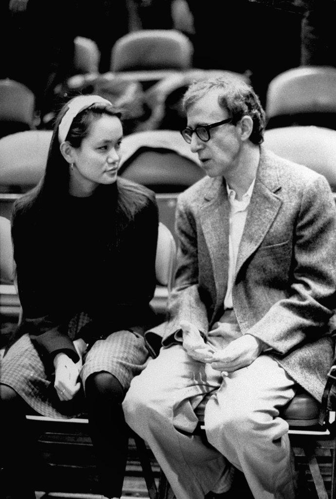 Woody Allen com Soon-Yi Previn vendo um jogo do New York Knicks. Os dois já estavam juntos em segredo