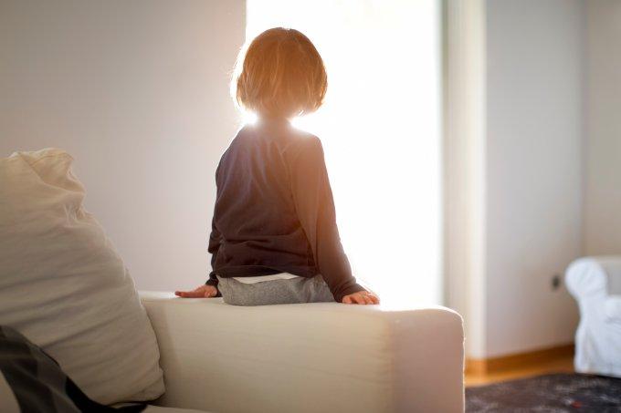 Criança isolada em casa