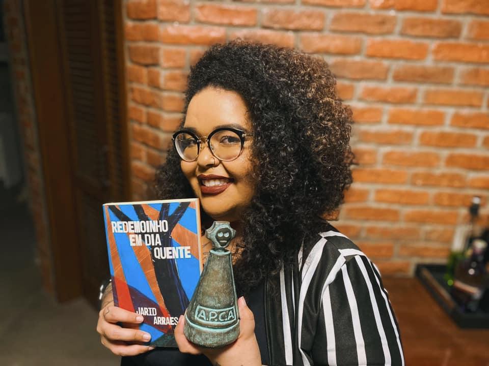 """Jarid com seu livro """"Redemoinho em Dia Quente"""" e o Troféu APCA"""