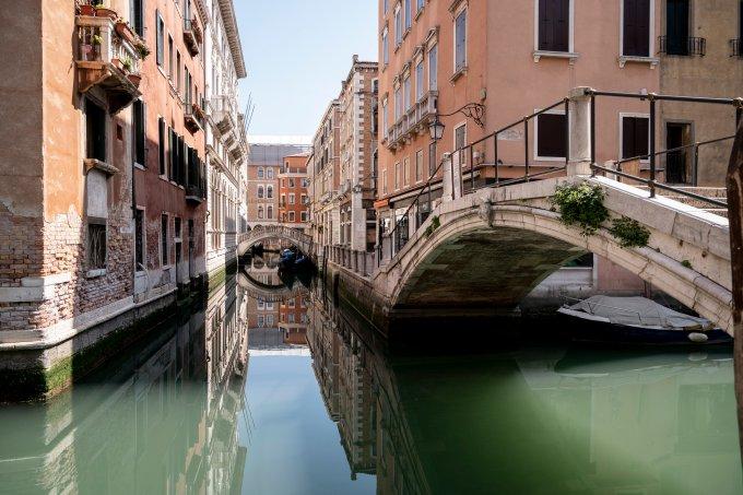 As águas dos canais de Veneza, na Itália, surgiram mais claras durante o isolamento social