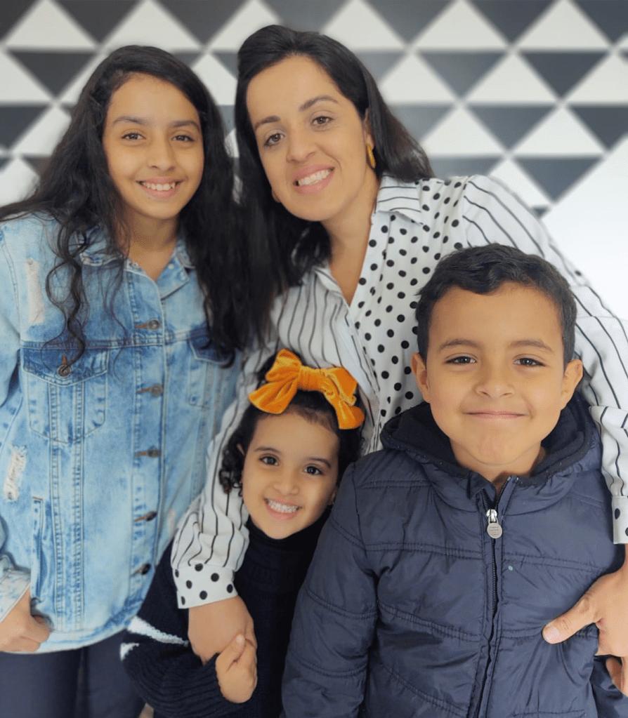 Carol com os filhos Sophia, Helena e Miguel