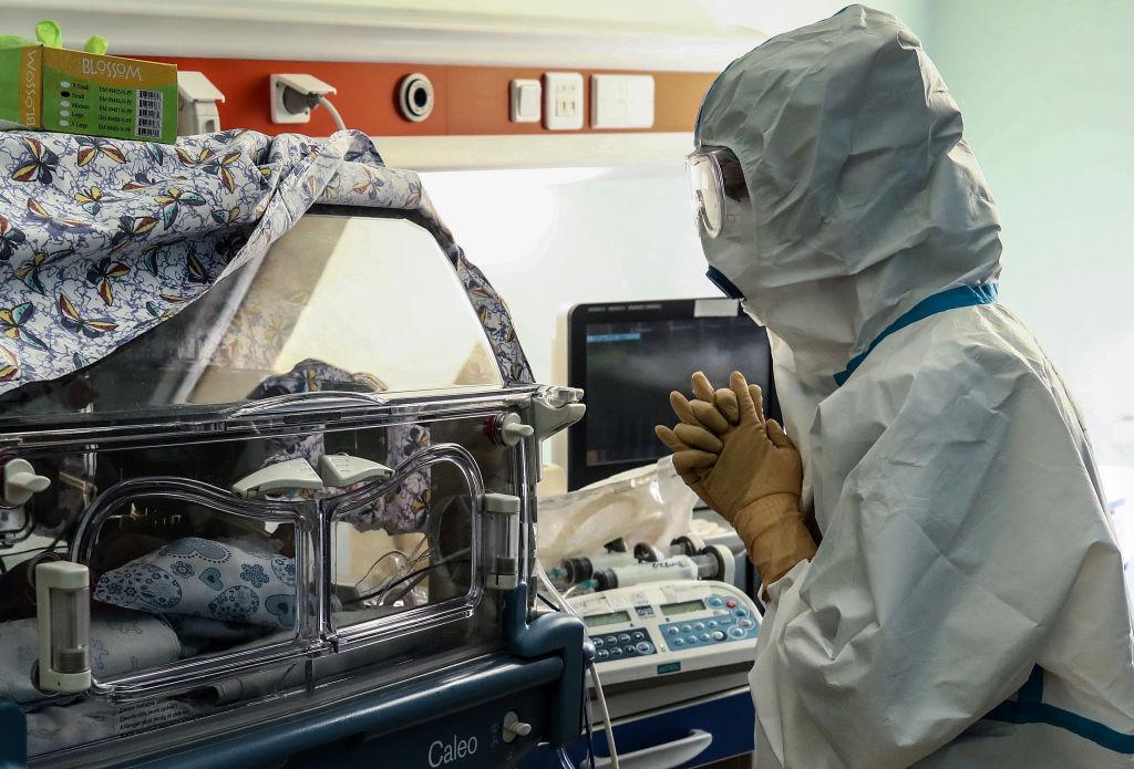 Pediatra vendo um recém-nascido e usando EPI - coronavírus