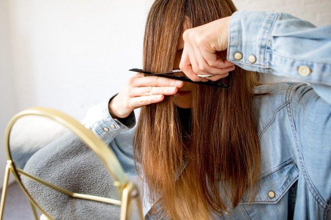 Mulher cortando o próprio cabelo