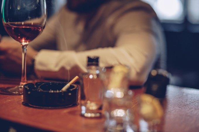 Consumo de bebida alcoólica e cigarros aumentou com o isolamento social