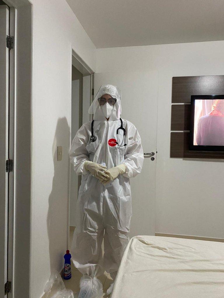"""""""Larguei tudo e viajei para cuidar da minha família infectada"""", diz médica"""