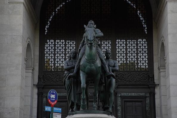 Monumento apresenta Roosevelt imponente em um cavalo, com um indígena e um escravo ao lado a pé.
