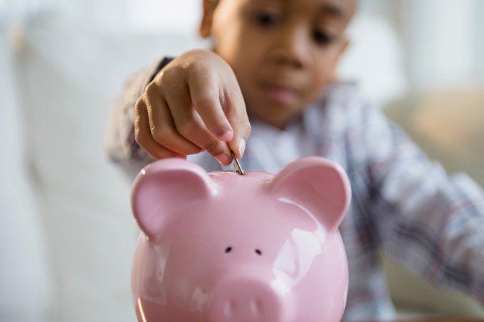 criança poupando dinheiro