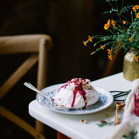 Minipavlova com curd de amora e amêndoa tostada