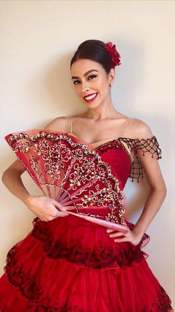 A dança espanhola e os passos rápidos encantam bailarinos e público