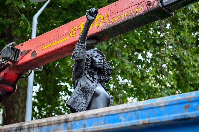Monumento da ativista negra Jen Reid foi removido por ter sido colocado no lugar da estátua do escravocrata Edward Colston sem permissão