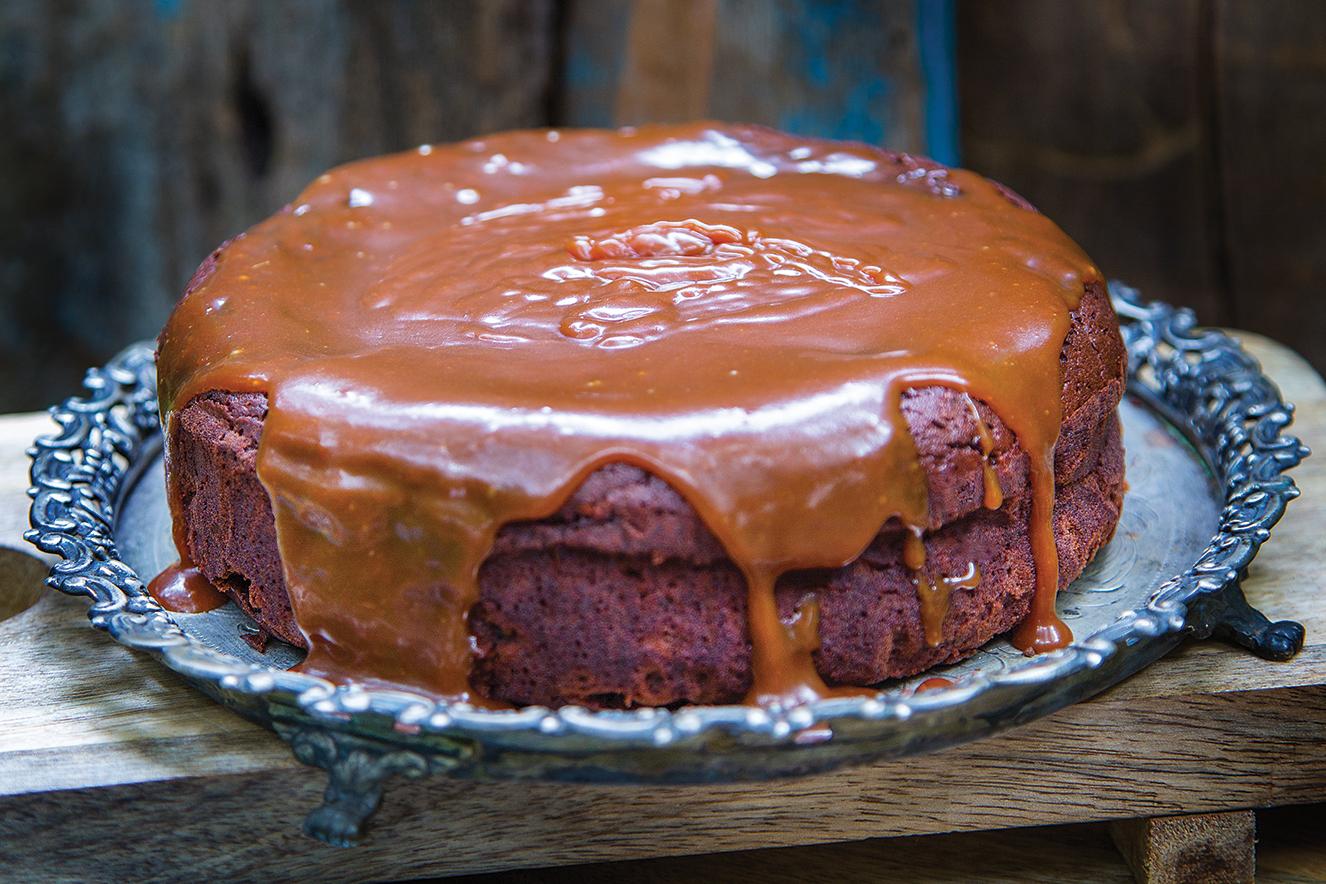 Bolo de chocolate com nibs de cacau e caramelo de cupuaçu