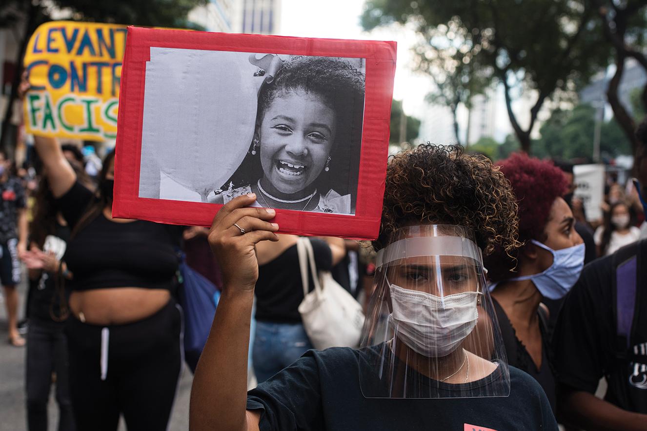 No cartaz, foto da garota Ágatha Félix, 8 anos. Ela foi uma das vítimas de operações policiais no RJ