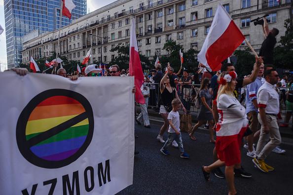 Manifestantes contra os direitos LGBT durante comemoração dos 76 anos da Revolta de Varsóvia, na Polônia