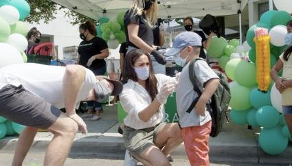 Meghan e Harry fazem entrega de kits de material escolar em Santa Barbara
