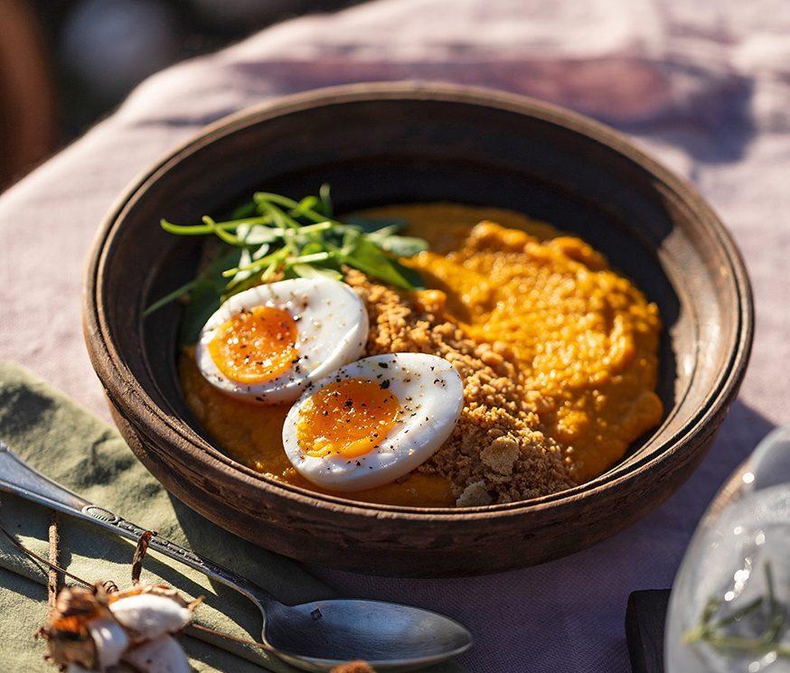 Creme de cenoura com farofa e ovo mollet