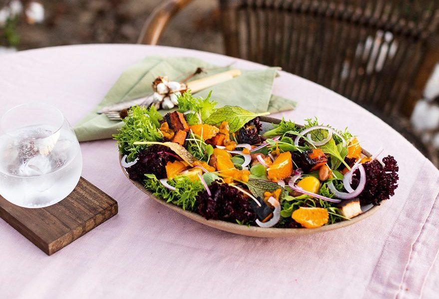 Salada de raízes e frutas brasileiras