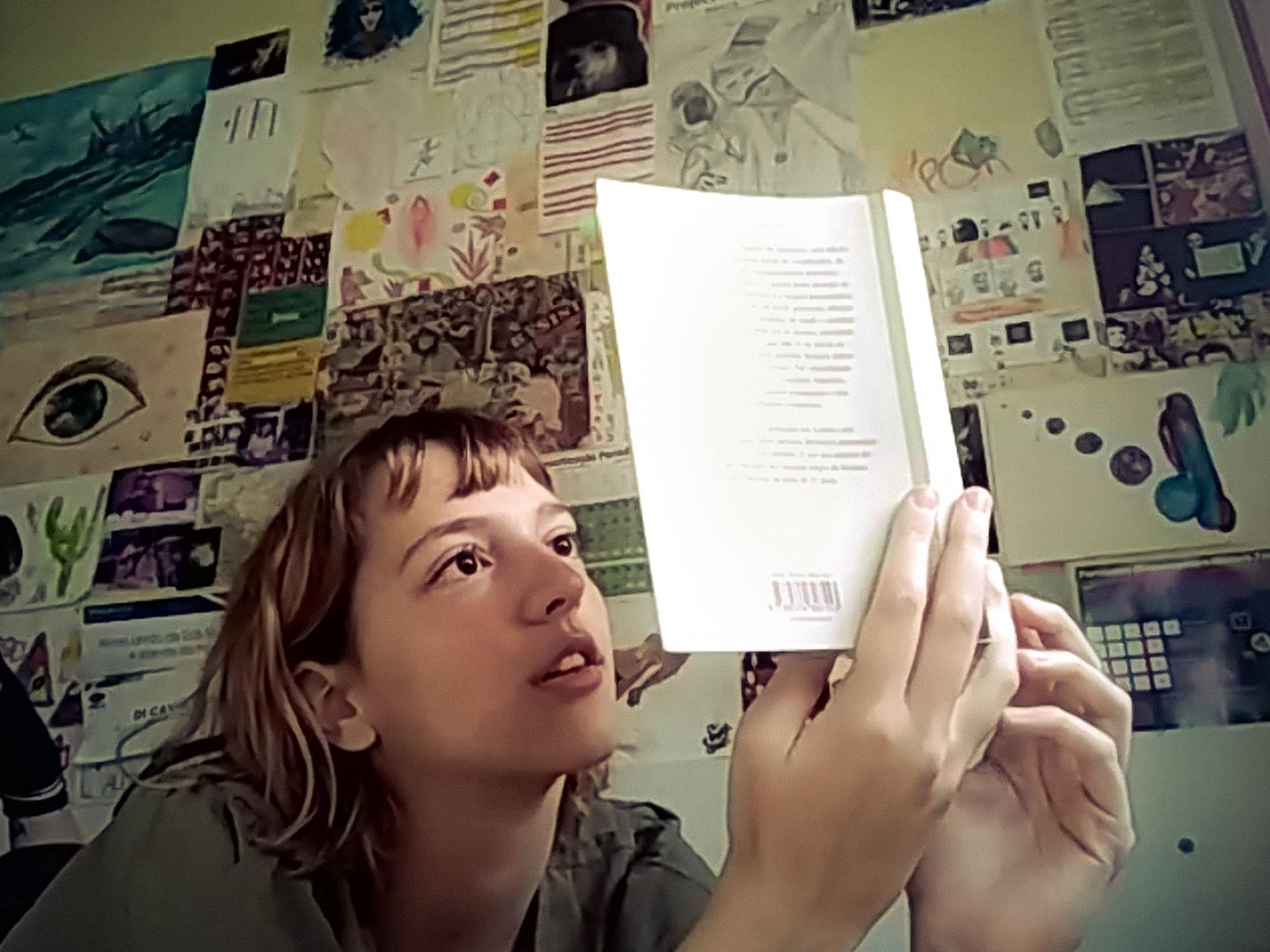 Jovem Alessandra lendo livro