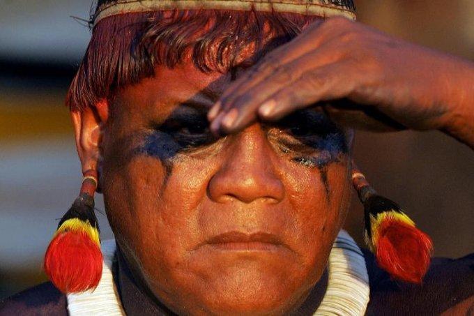 aritana-um-dos-lideres-indigenas-mais-conhecidos-do-brasil-durante-uma-cerimonia-na-regiao-da-tribo-awara-na-amazonia-1596642228438_v2_900x506