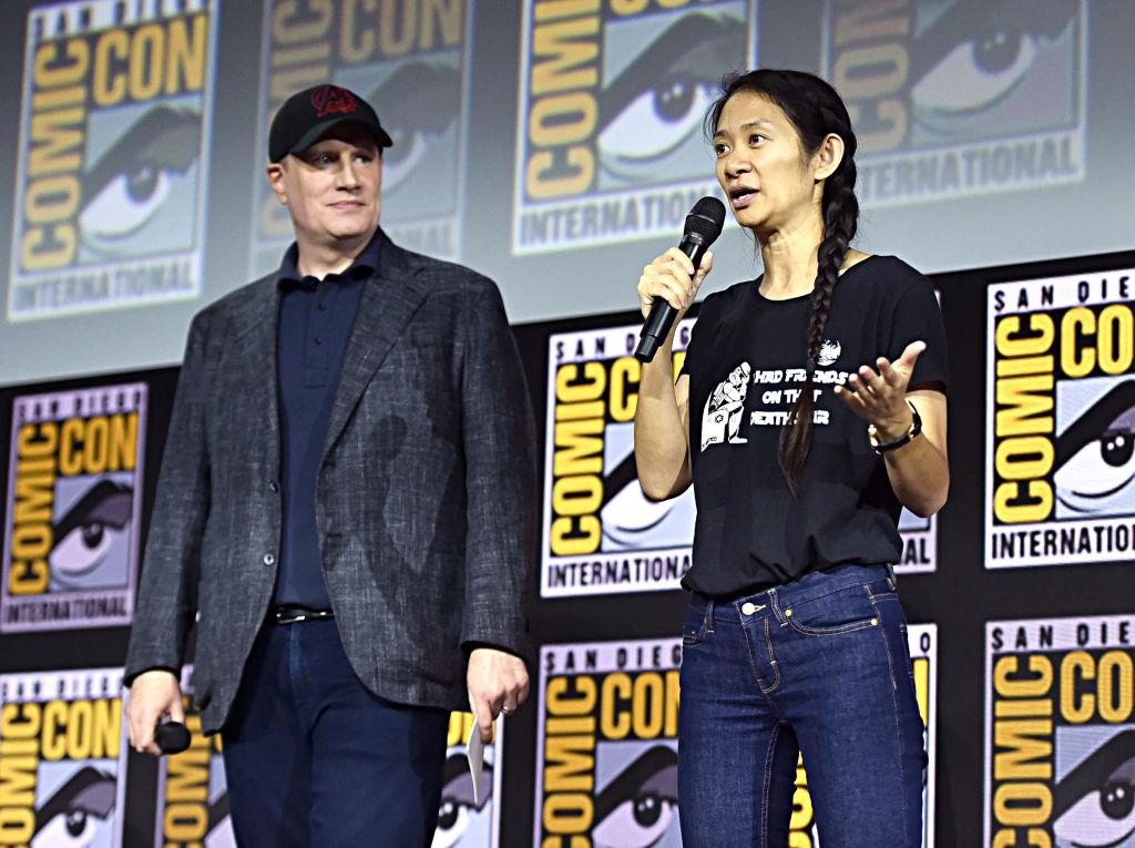 Chloé Zhao ao lado de Kevin Feige, presidente da Marvel Studios, na Comic Con, em San Diego.