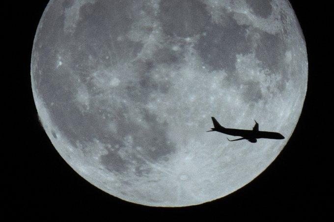 avião lua cheia
