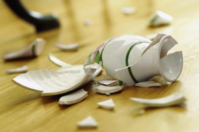 Violência doméstica – vaso quebrado