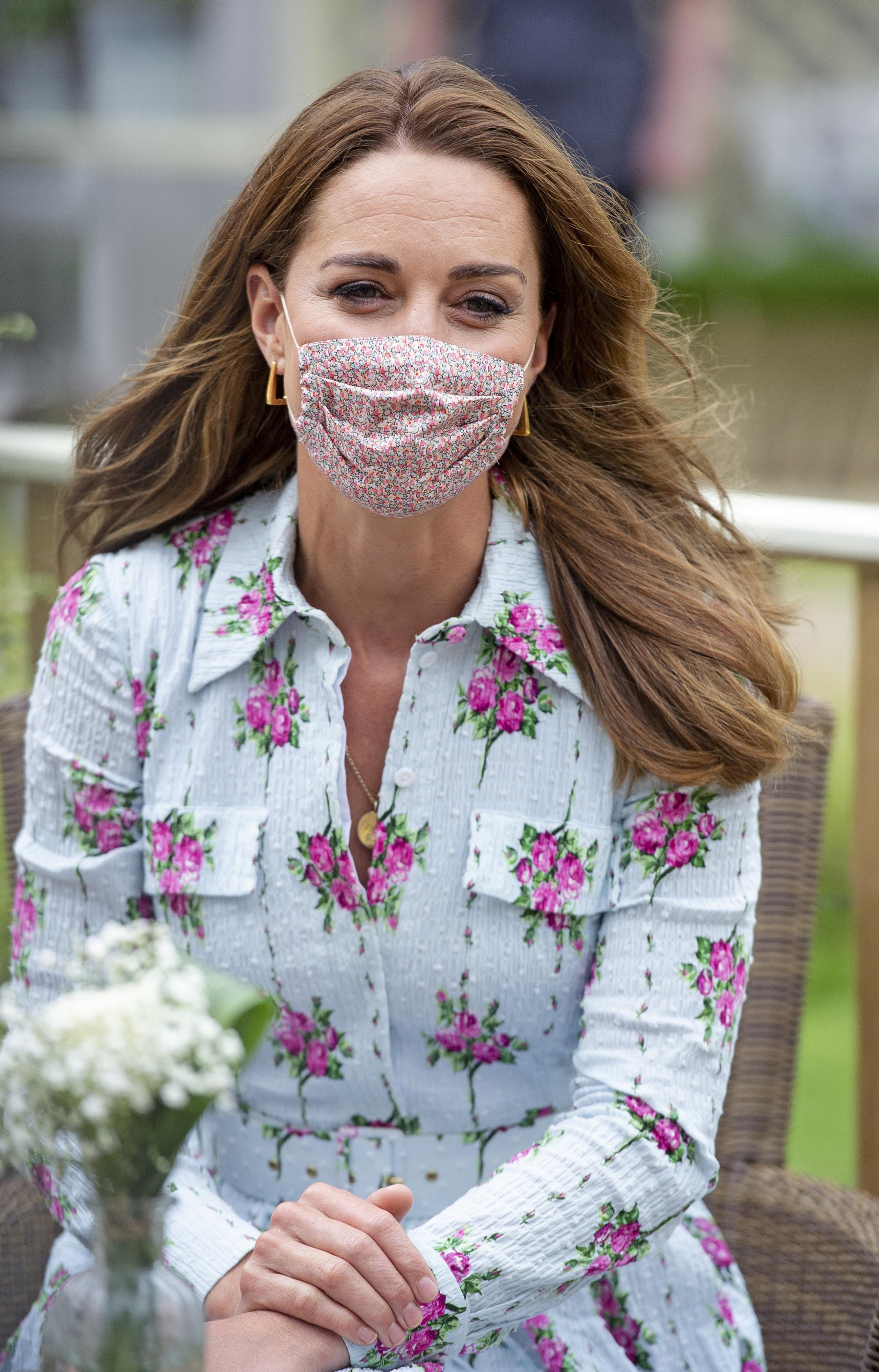 Kate Middleton usando máscara.