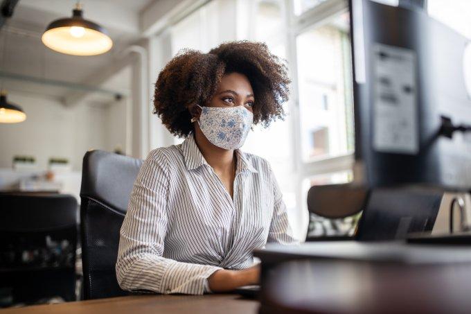 Mulher no trabalho com máscara