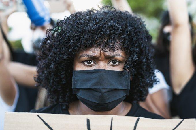 Mulher negra protestando