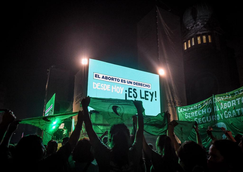 multidão comemora legalização do aborto na Argentina