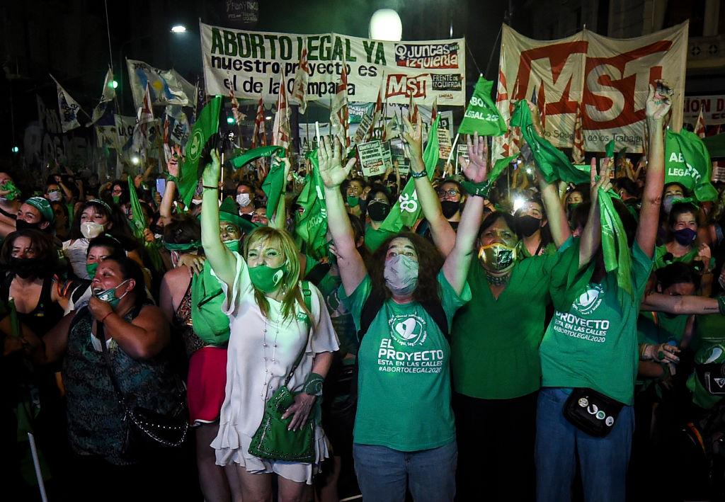 multidão de apoiadores do aborto voluntário